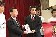 福島ユナイテッドFCに支援金を贈呈